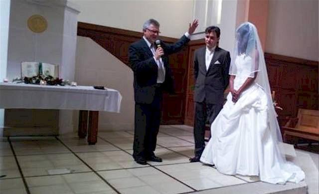 Cathy och Stefan välsignas i kyrkan