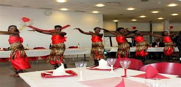 På festen brukar man äta, dricka och dansa traditionella danser.